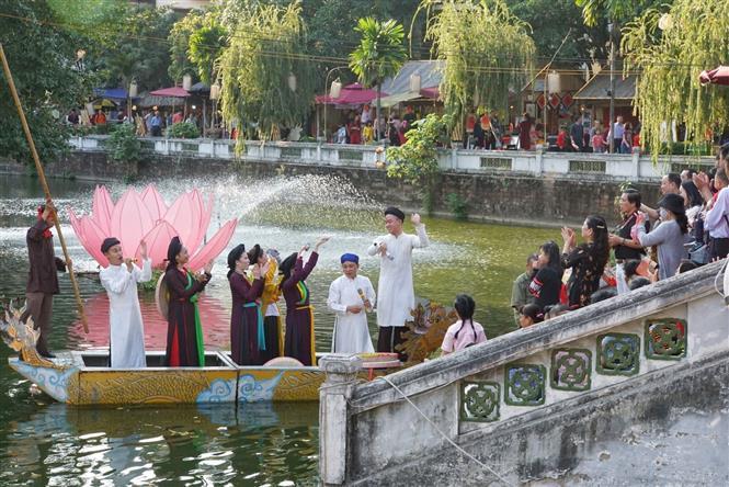 Đông đảo người dân du xuân tại khu vực hồ Văn, Văn Miếu-Quốc Tử Giám. Ảnh: Khánh Hòa/TTXVN phát.