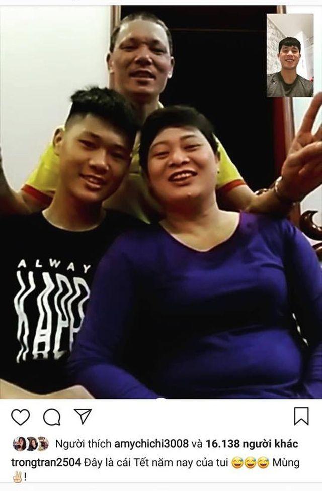 """Chàng trung vệ điển trai cũng """"khoe"""" hình ảnh đón Tết cùng gia đình qua mạng xã hội."""