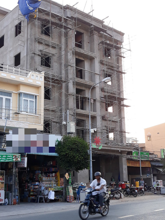Nhìn từ bên ngoài cũng có thể thấy được ngôi nhà có 3 công nhân tử nạn này đã vượt xa so với quy hoạch.