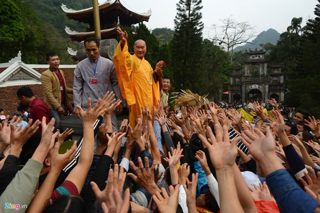 Hình ảnh từng gây tranh cãi tại lễ hội Chùa Hương. Ảnh: Zing.vn.