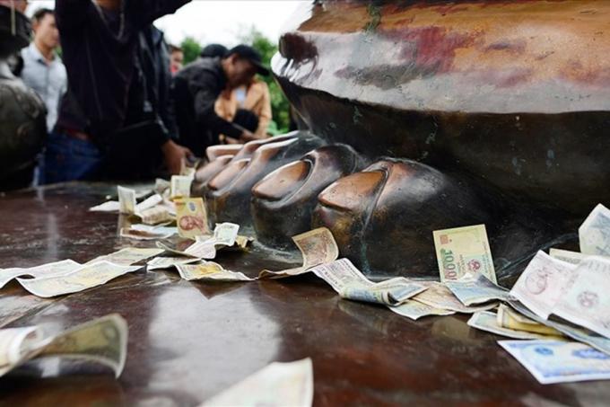 Tiền lẻ được rải ở nhiều đền, chùa trong các mùa lễ hội.