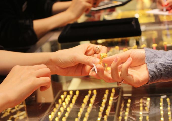 Ngày vía Thần Tài năm nay rơi vào thứ 5 - ngày 14/2/2018 Dương lịch, trùng với ngày valentine. Nhiều khách hàng tìm tới mua các sản phẩm như nhẫn trang sức, hoa tai, dây chuyền...