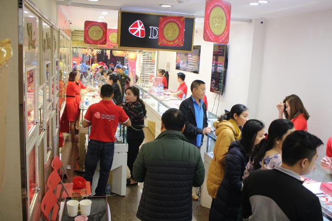 Tại cửa hàng DOJI trên đường Trần Nhân Tông, lượng khách theo ghi nhận tăng đột biến so với ngày thường.