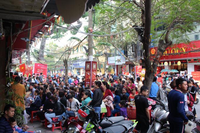 Tới 12h trưa, con phố Trần Nhân Tông vẫn tắc nghẹt vì người xếp hàng chờ mua.