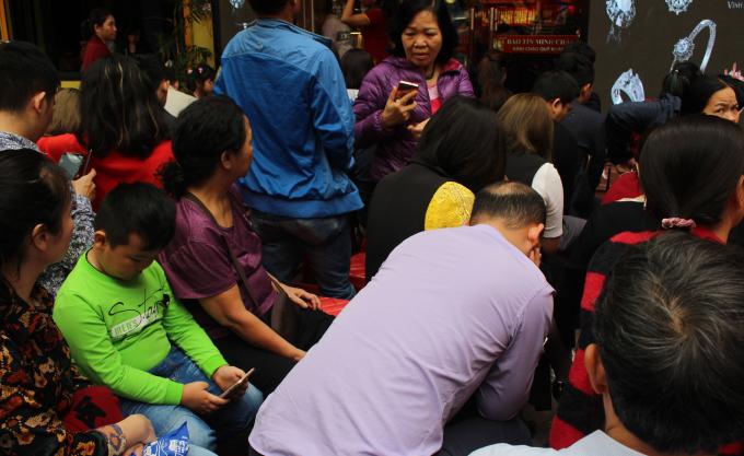 Nhiều người xếp hàng chờ mua tỏ ra mệt mỏi.