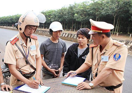 CSGT Công an tỉnh Bình Phước làm nhiệm vụ trên quốc lộ 14.
