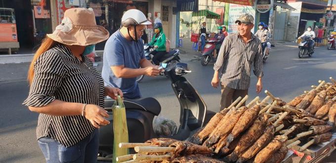 Khi mua cá lóc nướng, người mua được tặng kèm rau sống, bánh tráng...