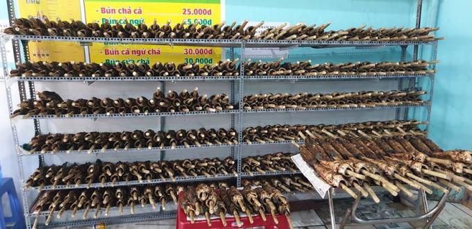 Kệ để cá lóc nướng để phục vụ người mua.