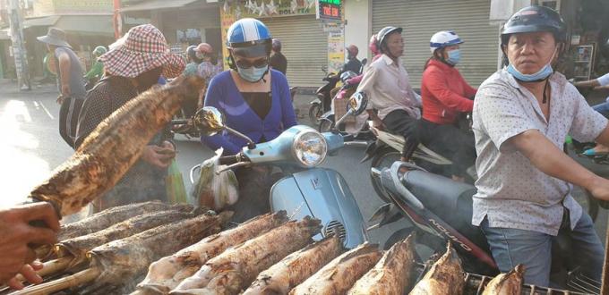 Từ sáng sớm, trên đường Tân Kỳ-Tân Qúy (quận Tân Bình, TPHCM) đã có khá đông người dân đến đây mua cá lóc nướngvề cúng nhân ngày Vía thần tài.