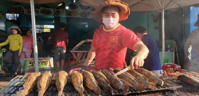 Cụ thể giá bán mỗi con cá lóc dao động từ 120 nghìn đồng đến 180 nghìn đồng tùy loại lớn nhỏ.