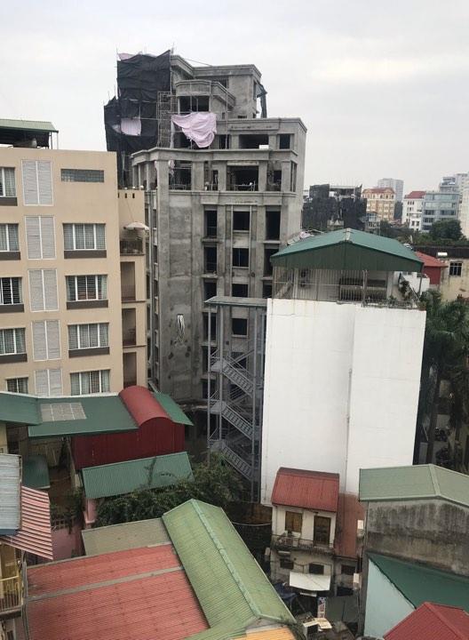 Một công trình xây dựng vượt hàng nghìn mét vuông ngang nhiên tồn tại ngay gần UBND phường Phan Châu Trinh, quận Hoàn Kiếm. Ảnh: ND.