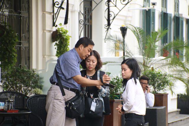 Hình ảnh giới truyền thông có mặt đông đảo cũng diễn ra tại khách sạn Metropole Hà Nội. Do không thể nhận diện được những người ra vào khách sạn Metropole Hà Nội, sau khi ghi được một vài hình ảnh ít ỏi họ phải hỏi thăm để biết thông tin người mình vừa ghi hình.