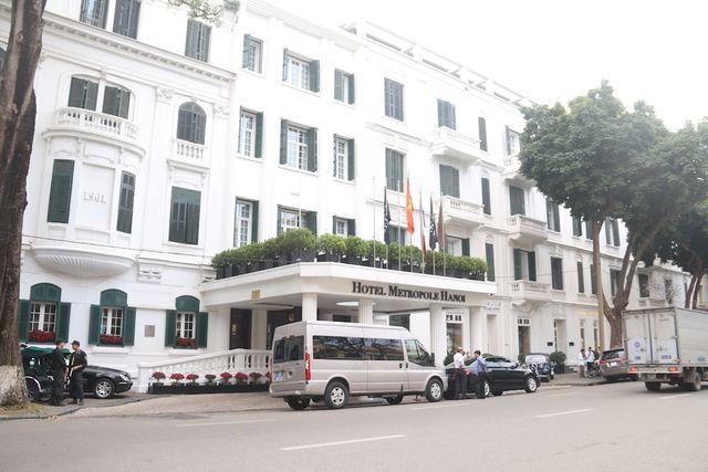 Phía khách sạn Metropole Hà Nội, thi thoảng có một vài đoàn người nước ngoài ra vào có xe cảnh sát dẫn đoàn.