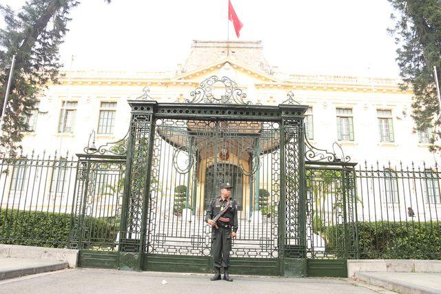 Khoảng 9h sáng lực lượng an ninh được triển khai, cảnh sát cơ động cắm chốt quanh Nhà khách Chính Phủ và khách sạn Metropole Hà Nội .