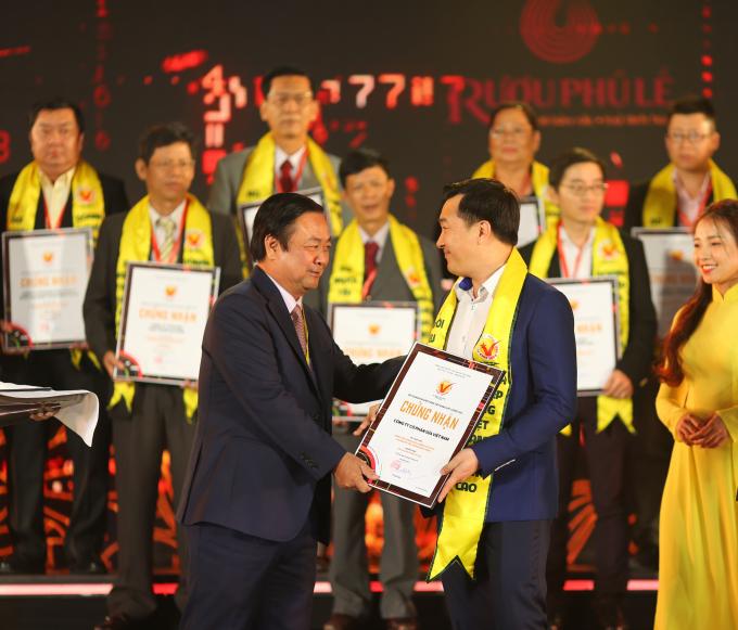 Ông Đỗ Thanh Tuấn – Giám đốc Đối Ngoại - đại diện công ty Vinamilk nhận giải thưởng.