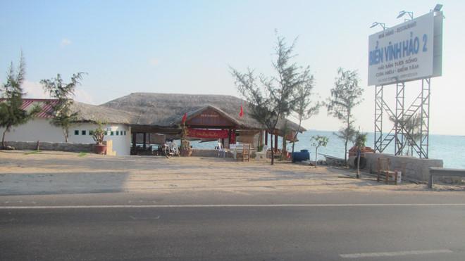 Nhà hàng Vĩnh Hảo 2 đã xây dựng hoàn thiện và tự ý tháo dỡ thanh chắn bảo vệ an toàn QL1.ẢNH: QUẾ HÀ.