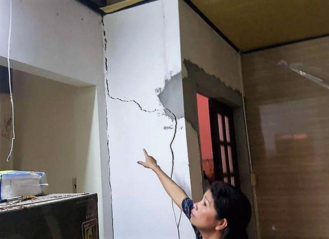 Nhà bếp bà Liên bị sập trần, tường nhà bếp và nhà vệ sinh có nhiều vết nứt, có nguy cơ tiếp tục sập đổ.ẢNH: BÙI NG.LONG.