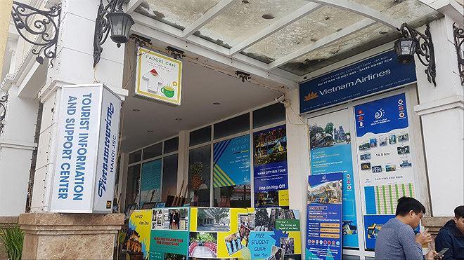 Đại lý bán vé máy bay, quán cà phê bủa vây Trung tâm Văn hóa Hồ Gươm.