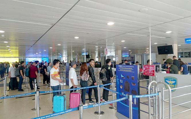 Cảng hàng không Tân Sơn Nhất luôn trong tình trạng quá tải.