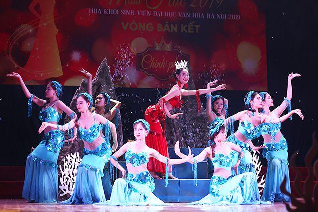 Ngô Thị Vân cùng các bạn diễn biến hóa sân khấu thành khung cảnh lâu đài dưới đáy biển lung linh.
