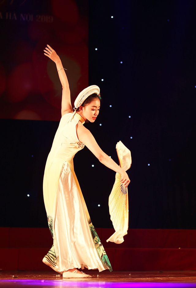Thí sinh Lưu Thanh Thủy - sinh viên lớp Kinh doanh 35 đầy sức sống trong tiết mục múa Hello Việt Nam.