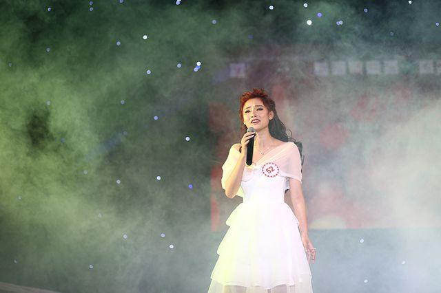 Là người mở màn vòng thi, Phạm Thị Hường tự tin khoe giọng hát ngọt ngào, sâu lắng trong ca khúc Cha và con gái.