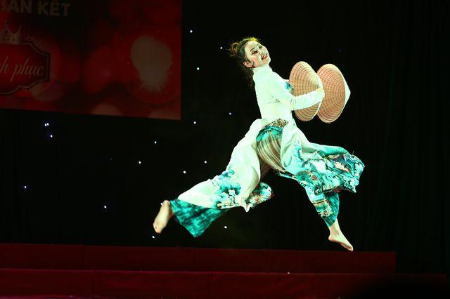 Nhận được sự cổ vũ nhiệt thành của đông đảo bạn học, Nguyễn Thị Hoa – khoa Văn hóa học tự tin thả hồn trong những vũ điệu của ca khúc Xinh tươi Việt Nam.