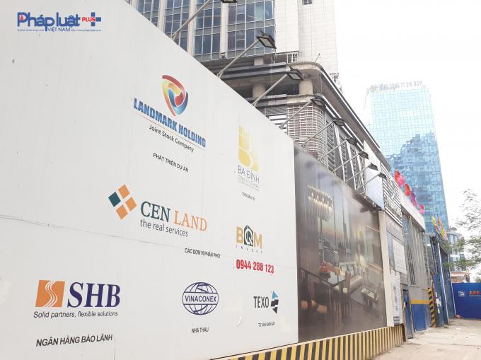 Biển quảng cáo xung quanh dự án.