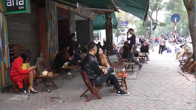 Nhiều vỉa hè tại Hà Nội bị các cơ sở kinh doanh chiếm dụng.