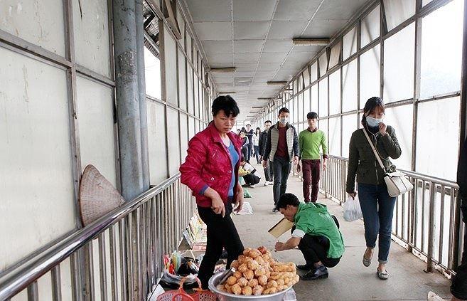 Cầu vượt dành cho người đi bộ cũng bị chiếm dụng làm nơi kinh doanh.