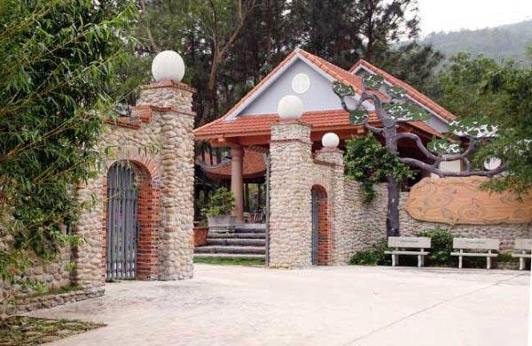 Cổng vào khu trang trại kết hợp du lịch sinh thái, nghỉ dưỡng tại xã Hạ Long, huyện Vân Đồn. Ảnh: Trọng Tài.