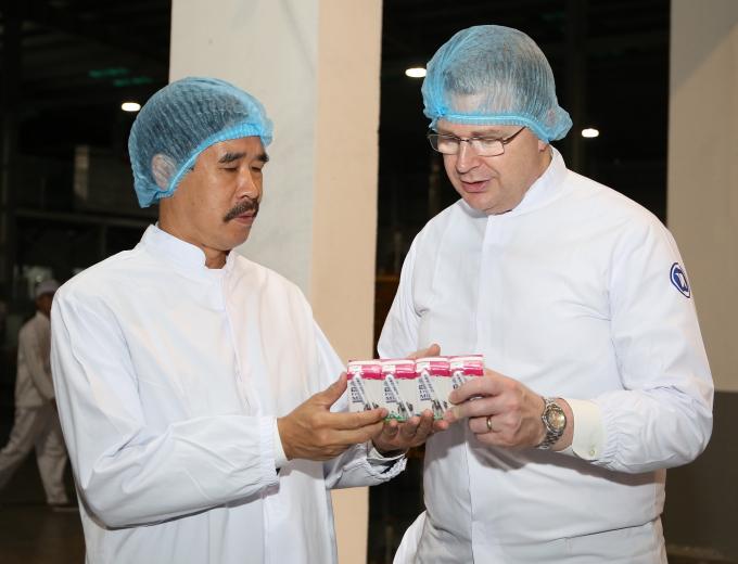 Đại sứ Daniel J. Kritenbrink và ông Nguyễn Quốc Khánh – Giám đốc Điều hành Vinamilk trao đổi về sản phẩm của Vinamilk khi tham quan nhà máy sữa Vinamilk Nghệ An.