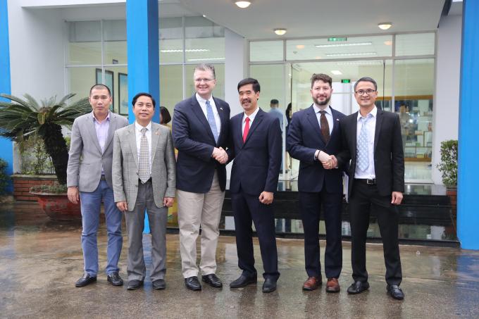 Đoàn công tác của Đại sứ quán Hoa Kỳ chụp ảnh lưu niệm cùng lãnh đạo Vinamilk.