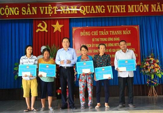 Chủ tịch UBTƯ MTTQ Việt Nam Trần Thanh Mẫn trao 5 căn nhà Đại đoàn kết cho hộ nghèo tại xã Hòa An, huyện Phú Hòa, tỉnh Phú Yên.