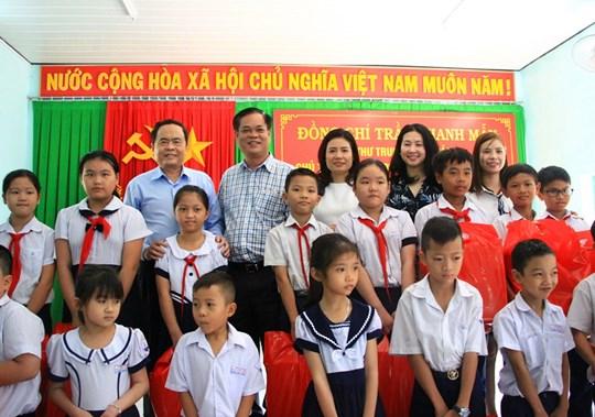 Chủ tịch UBTƯ MTTQ Việt Nam Trần Thanh Mẫn trao quà cho các em học sinh có hoàn cảnh khó khăn trên địa bàn tỉnh Phú Yên.