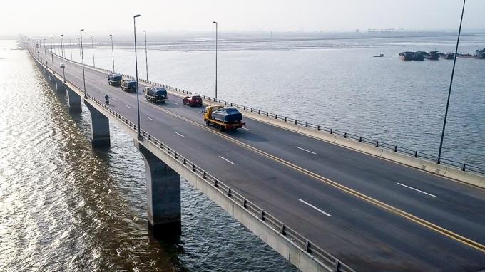 Dàn xe VinFast được vận chuyển qua cầu vượt biển Tân Vũ - Lạch Huyện (Hải Phòng).