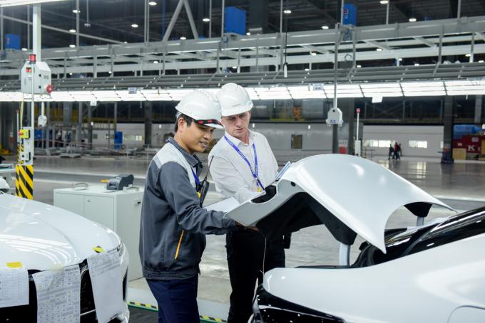 Các chuyên gia VinFast thực hiện những bước kiểm tra cuối cùng trước khi xe rời dây chuyền sản xuất để đưa ra nước ngoài thử nghiệm.