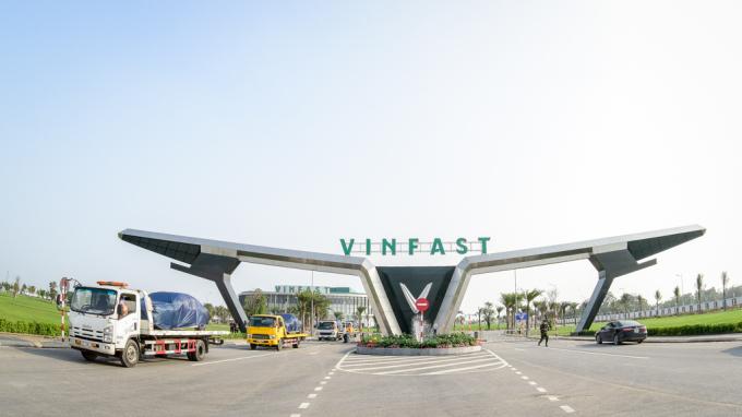 Dàn xe VinFast được vận chuyển bằng xe chuyên dụng từ nhà máy ra sân bay để chuyển đi nước ngoài.