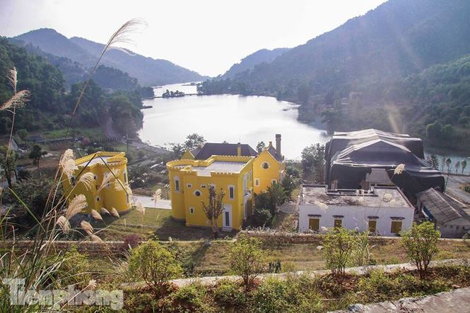 Tại thôn Minh Tân, xã Minh Trí có trường hợp sai phạm lớn là tổ hợpHoàng Lê Gia Garden(hộ bà Lê Thị Lan Hương) sử dụng khoảng gần 20.000 m2 xây dựng 5 công trình kiên cố 2 - 3 tầng dạng biệt thự, diện tích xây dựng trên 1.000m2.