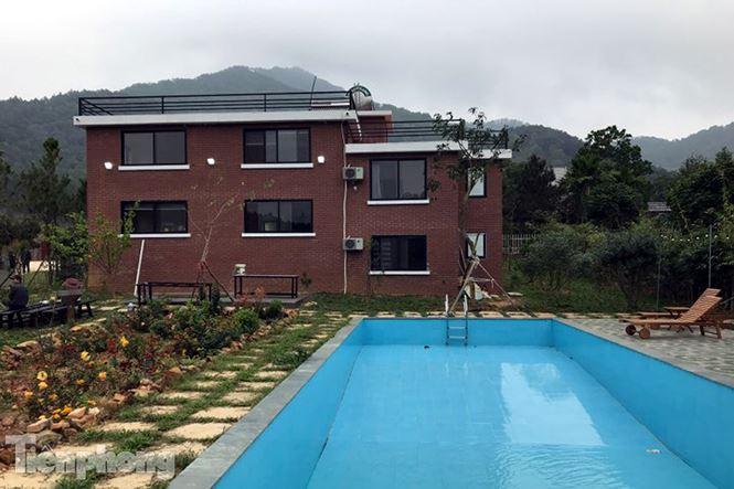 Một công trình vi phạm trên đất rừng Sóc Sơn với nhiều hạng mục được xây dựng, trong đó có cả bể bơi ngoài trời.