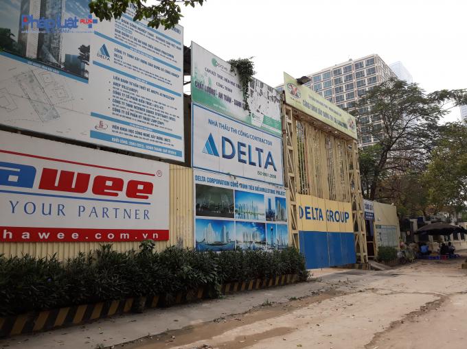 Bảng thông tin và biển quảng cáo tại cổng dự án trên đường Dương Đình Nghệ.