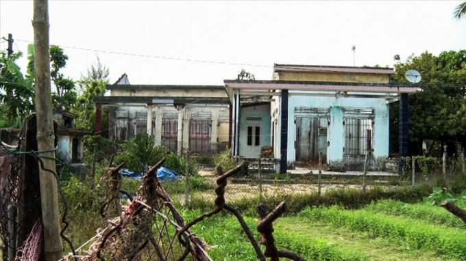 Những căn nhà bị bỏ hoang khi dân được di dời. Ảnh: Đ.V.