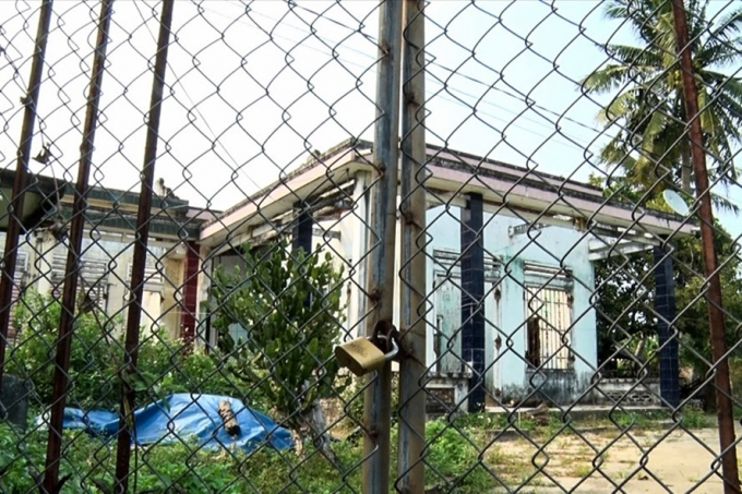 Những căn nhà của 22 hộ dân được di dời trở thành nơi tụ tập của các con nghiện. Ảnh: Đ.V.