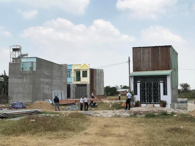 Những căn nhà xây dựng không phép tại xã Vĩnh Lộc A. Ảnh: VIỆT HOA.