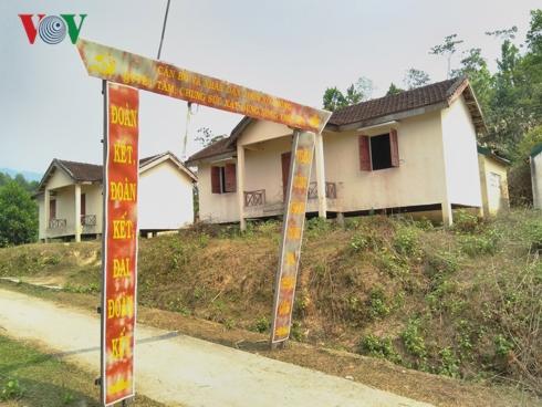Cạnh cổng chào làng Xô Luông có nhiều ngôi nhà tái định cư bị bỏ hoang.