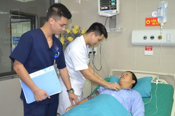 Bác sỹ thăm khám cho bệnh nhân tại Khoa Hồi sức cấp cứu.