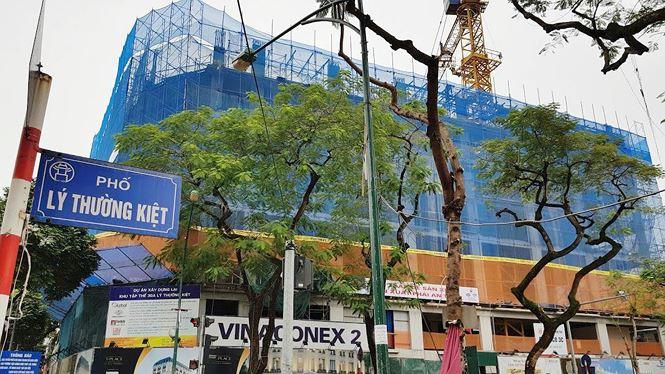 Dự án cải tạo khu tập thể chung cư cũ 30A Lý Thường Kiệt do Công ty Cổ phần Tư vấn Đầu tư Tài chính Toàn Cầu làm chủ đầu tư đang được chào bán thấp nhất là 25 tỷ đồng căn hộ. Ảnh: Ninh Phan.