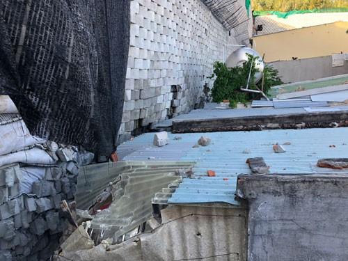 Bức tường xây trái phép sát nhà dân đang được chủ đầu tư xin tồn tại.