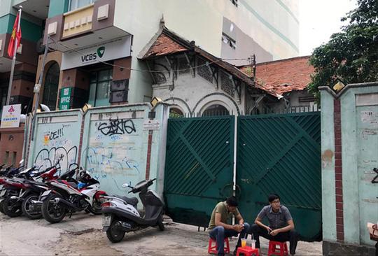 Bức ảnh được phóng viên Báo Người Lao Động chụp tháng 6-2017 cho thấy một nửa biệt thự bị phá bỏ xây cao ốc, một nửa còn lại tồn tại.
