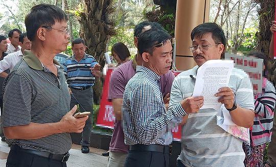 """Nhiều khách hàng quây trụ sở DIC Corp """"đòi"""" đất tại khu đô thị Chí Linh, TP Vũng Tàu."""